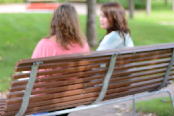Illustrasjonsfoto: Samtale på en benk